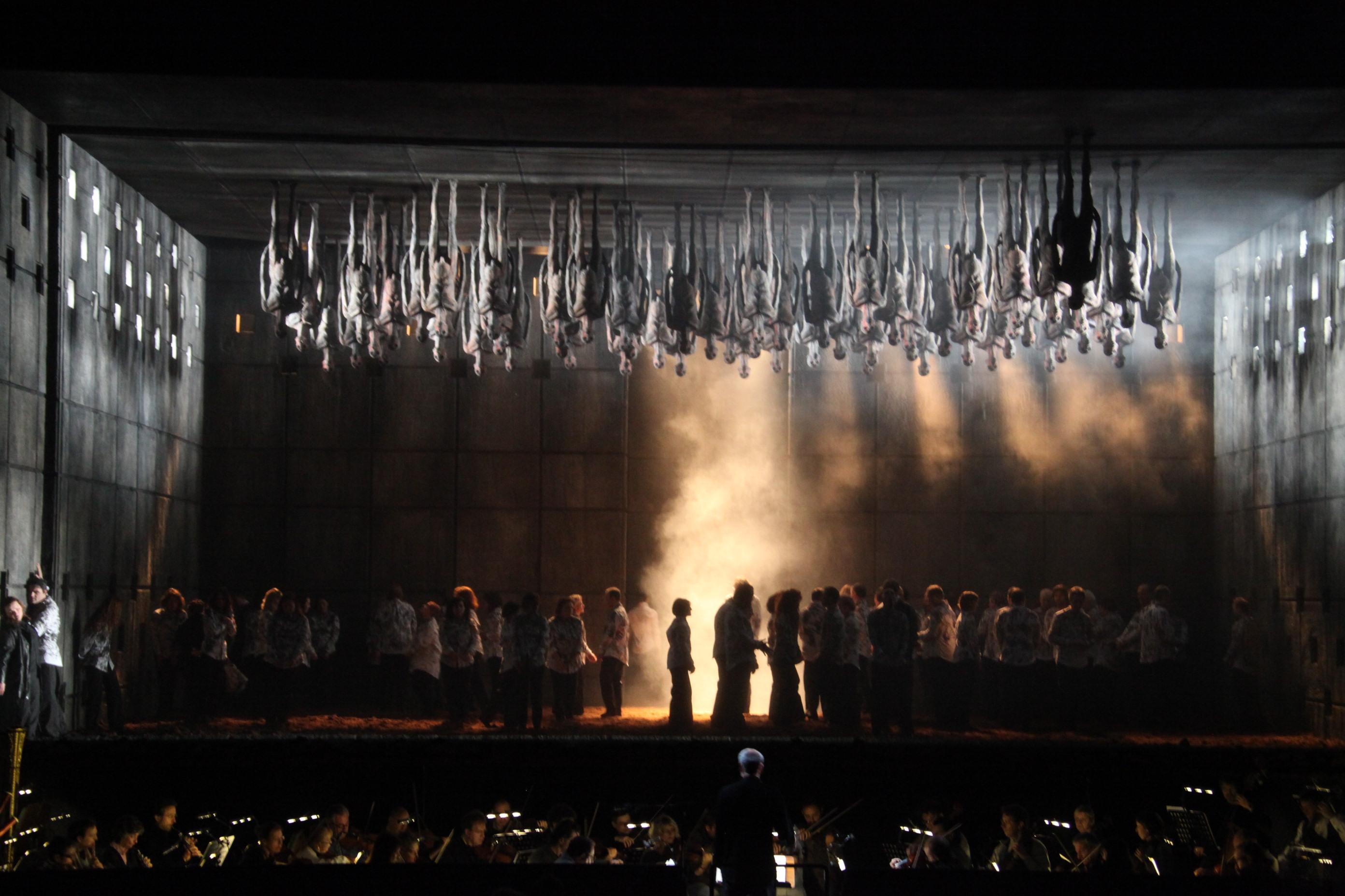 """Il Nabucco """"intimo"""" di Stefano Poda in scena al Teatro Verdi di Padova"""
