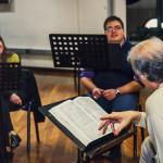 Prove di Norma - da sinistra a destra: Alessia Nadin (Clotilde), Cristian Saitta (Oroveso), Tiziano Severini (direttore d'orchestra)