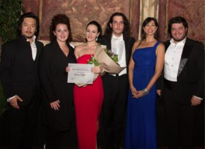 2. Vincitori premio Corradetti_2016 (da sinistra a destra): Hankyol Kim (3 premio), Clarissa Costanzo (2 premio), Adriana Ferfecka (1 premio), Lorenzo Passerini (direttore d'orchestra), Luisa Corna (presentatrice della serata), Azer Zada (vincitore borsa di studio)