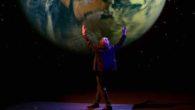 """Venerdì 20 aprile, alle 21.00, Enzo Iacchetti porterà sul palco del Teatro Comunale di Adria (RO) """"Libera Nos Domine"""", uno spettacolo multimediale di teatro-canzone che racconta la storia di un uomo """"prigioniero dell'attualità""""."""