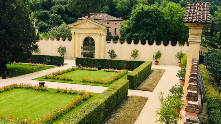 Villa dei Vescovi, veduta giardino interno. Riapre il 22 maggio